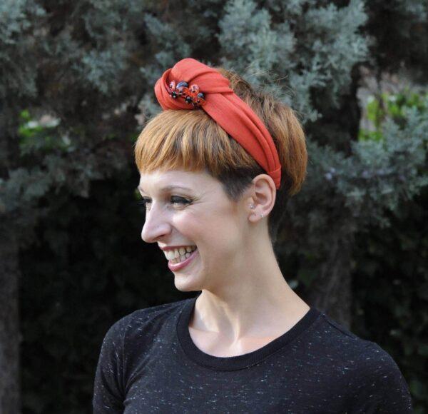 Diadema turbante rojo.