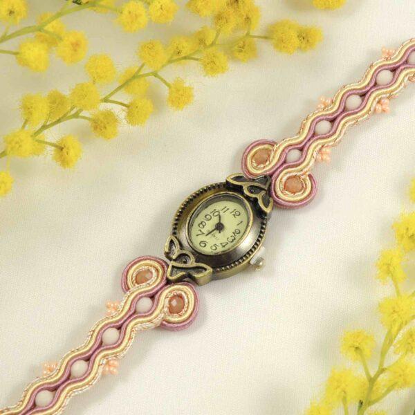 Reloj rosa palo y amarillo.